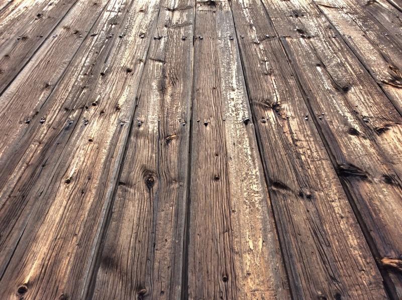 Vælg et smukt og rustikt plankebord, der bliver et naturligt samlingspunkt